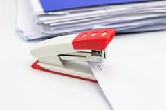 桃红色订书机和纸张文件 免版税库存图片
