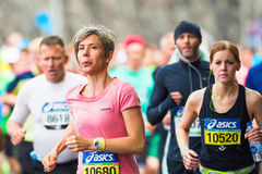 桃红色赛跑的妇女在ASICS斯德哥尔摩马拉松2014年 免版税库存图片