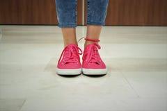 桃红色运动鞋 免版税库存图片