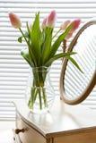 桃红色郁金香和镜子美丽的花束  库存图片