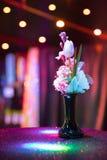 桃红色郁金香在一个花瓶开花有黑暗的浪漫背景 免版税库存图片