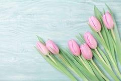 桃红色郁金香在土气桌上开花为3月8日,国际妇女或母亲节 美好的看板卡春天 顶视图 库存图片