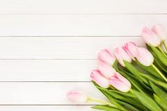 桃红色郁金香花束在白色木背景的 库存图片