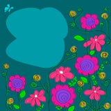 桃红色野花的安排在蓝色背景的 免版税库存照片