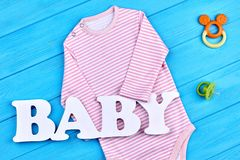桃红色镶边婴孩女孩的紧身衣裤 免版税图库摄影