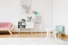 桃红色长沙发和薄菏椅子 免版税库存照片
