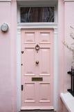 桃红色门在典型的伦敦房子里 免版税库存照片