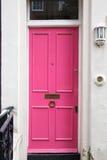 桃红色门在典型的伦敦房子里 库存图片