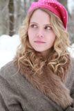 桃红色闪光金属片的贝雷帽和毛皮夹克腼腆的冬天妇女 库存图片