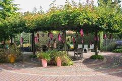 桃红色障碍物用在树和苹果填装了垂悬的花对deco 免版税库存照片