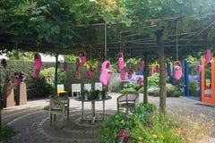 桃红色障碍物用在树和苹果填装了垂悬的花对deco 库存照片