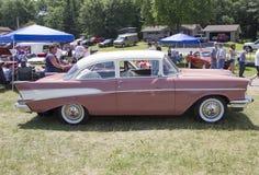 1957桃红色雪佛兰贝莱尔侧视图 免版税图库摄影