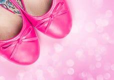 桃红色鞋子和出于焦点光 库存照片