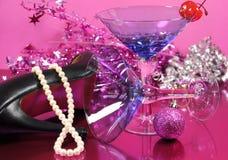 桃红色题材新年快乐党与葡萄酒蓝色马蒂尼鸡尾酒鸡尾酒杯和在党以后的除夕装饰 免版税库存照片