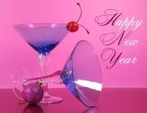 桃红色题材新年快乐党与葡萄酒蓝色马蒂尼鸡尾酒鸡尾酒杯和除夕装饰 免版税图库摄影