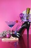 桃红色题材新年快乐党与葡萄酒蓝色马蒂尼鸡尾酒鸡尾酒杯和除夕装饰 库存图片