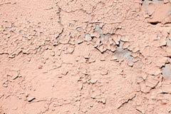 桃红色颜色摘要崩裂了油漆墙壁被构造的背景 免版税库存照片