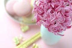 桃红色风信花、金文具和法国macarons顶视图在桃红色背景 库存图片