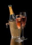 桃红色香宾在桶和两块玻璃中 免版税库存图片