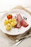 桃红色鲱鱼用土豆和葱 免版税图库摄影