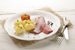桃红色鲱鱼用土豆和葱 免版税库存图片
