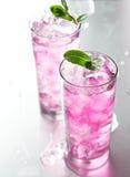 桃红色鸡尾酒用薄菏装饰。 库存照片