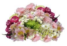 桃红色黄色白的花花束在被隔绝的白色背景的与裁减路线 没有影子 特写镜头 玫瑰丁香chrysa 免版税库存照片
