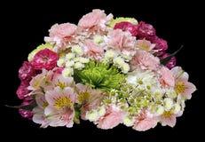 桃红色黄色白的花花束在被隔绝的黑背景的与裁减路线 没有影子 特写镜头 玫瑰丁香chrysa 免版税库存图片