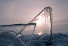 桃红色黎明在冬天,冰冰块在海 库存照片