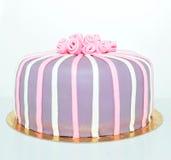 桃红色,白色和紫罗兰色玫瑰方旦糖蛋糕 免版税库存图片
