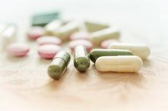 桃红色,白色和绿色药片压片医学 免版税库存照片