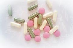 桃红色,白色和绿色药片压片医学 库存照片