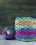 桃红色,紫罗兰色,洋红色,白色和绿色袋子和毛线球 编织的,钩针编织棉纱品 明亮的袋子起点  图库摄影