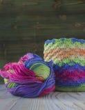 桃红色,紫罗兰色,洋红色,白色和绿色袋子和毛线球 编织的,钩针编织棉纱品 明亮的袋子起点  库存照片