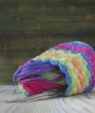 桃红色,紫罗兰色,洋红色,白色和绿色袋子和毛线球 编织的,钩针编织棉纱品 明亮的袋子和croch起点  免版税图库摄影