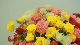 桃红色,黄色,红色和橙色玫瑰,特写镜头水多,五颜六色的花束  股票录像