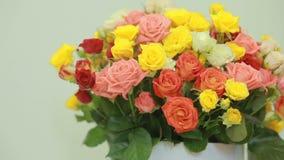 桃红色,黄色,红色和橙色玫瑰,特写镜头水多,五颜六色的花束  影视素材