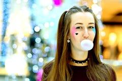桃红色:吹与Copyspace的女孩大泡影 免版税库存照片