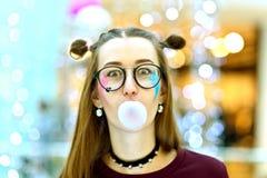 桃红色:吹与Copyspace的女孩大泡影 库存照片