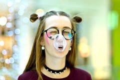 桃红色:吹与Copyspace的女孩大泡影 免版税库存图片