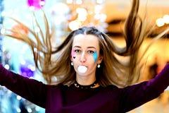 桃红色:吹与Copyspace的女孩大泡影 免版税图库摄影