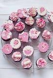 桃红色婴儿送礼会杯形蛋糕 库存照片