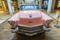 桃红色1956年卡迪拉克在机场 库存图片