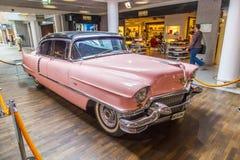 桃红色1956年卡迪拉克在机场 免版税库存照片