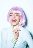 桃红色头发假发的俏丽的女孩 免版税库存照片
