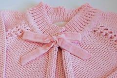 桃红色婴孩女衬衫细节由手编织品制成 免版税库存照片