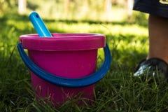 桃红色婴孩桶和蓝色铁锹 免版税图库摄影