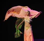 桃红色围巾土耳其腹部舞蹈这奥地利的世界舞蹈 免版税图库摄影