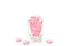 桃红色水晶心脏玻璃在白色背景 免版税库存照片
