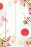 桃红色水果的茶和淡色法国macarons蛋糕在白色 库存照片